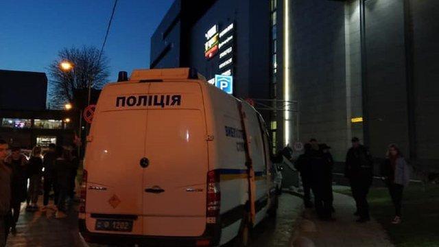 Вибухотехніки перевіряють повідомлення про замінування трьох львівських торгових центрів