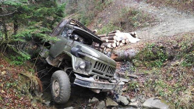 Вночі на Івано-Франківщині вантажівка з лісом впала в урвище, загинув водій