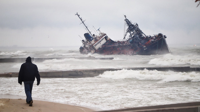 Рятувальники примусово евакуювали екіпаж танкера, що зазнав аварії біля Одеси