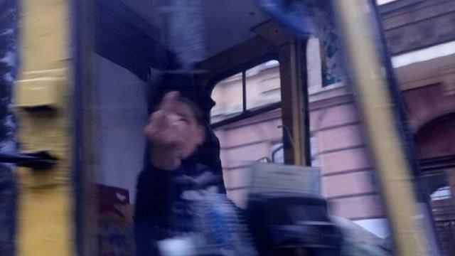 Водійка львівського трамвая обматюкала пасажирку і показала їй «фак»