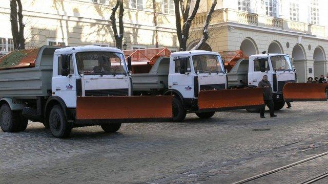 Через сильну ожеледицю львівські комунальники почали посипати вулиці піском