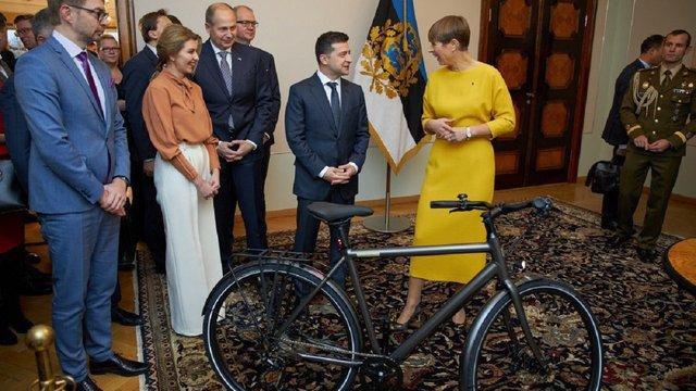 Президентка Естонії подарувала Володимиру Зеленському велосипед