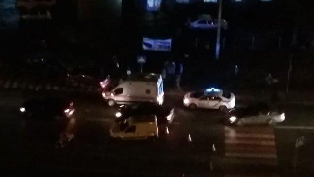 У Львові на вул. Стуса автомобіль збив жінку з дитячим візочком