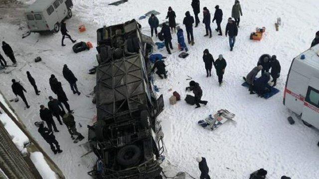 У Росії туристичний автобус впав з мосту у замерзлу річку, щонайменше 19 загиблих