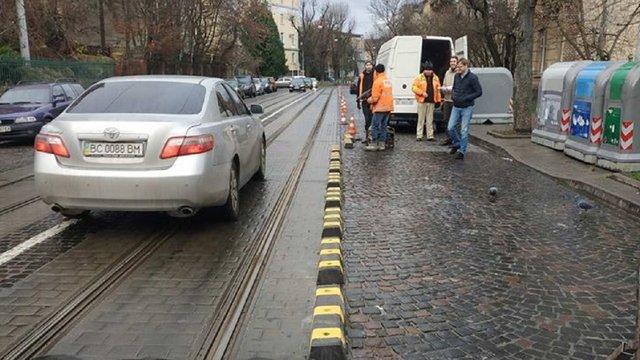 Вулицю Свєнціцького у Львові розділяють ділініаторами
