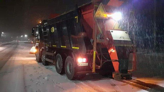 Через рясний снігопад на дороги Львова і області виїхала снігоприбиральна техніка