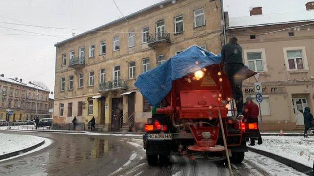 Вулиці Львова прибирають 45 машин снігоочисної техніки