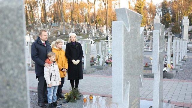 Мер Львова зі сім'єю вшанували пам'ять новітніх Героїв на Личаківському кладовищі