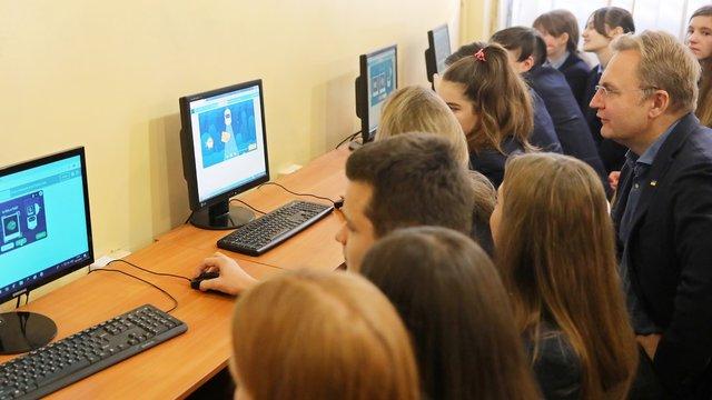 Мер Львова разом зі школярами вчився створювати гру про штучний інтелект