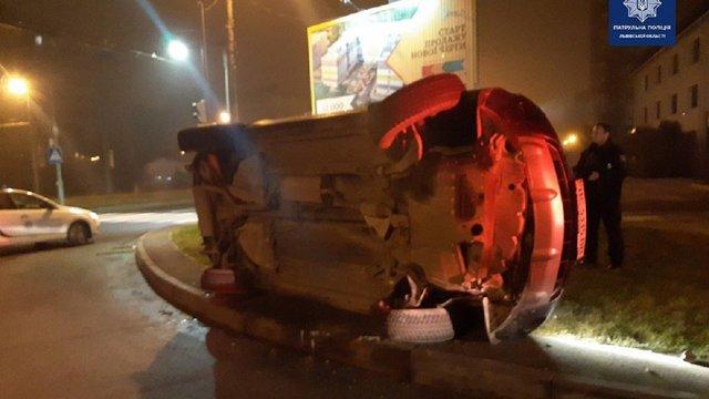 Під час втечі від львівських патрульних п'яний водій перекинувся на своєму авто