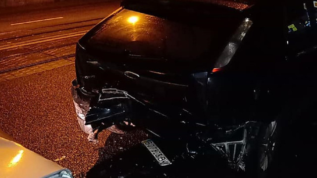 Вночі у Львові водій розбив чотири припарковані авто та втік з місця ДТП