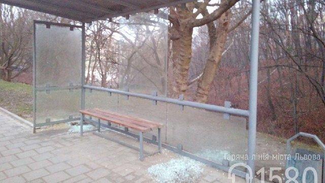 Вночі вандали розтрощили у Львові п'ять зупинок громадського транспорту