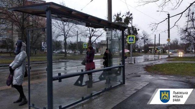 Вандали знову розтрощили кілька зупинок громадського транспорту у Львові