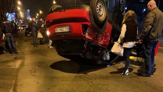 У Львові на вул. Липинського внаслідок ДТП автомобіль перекинувся на дах