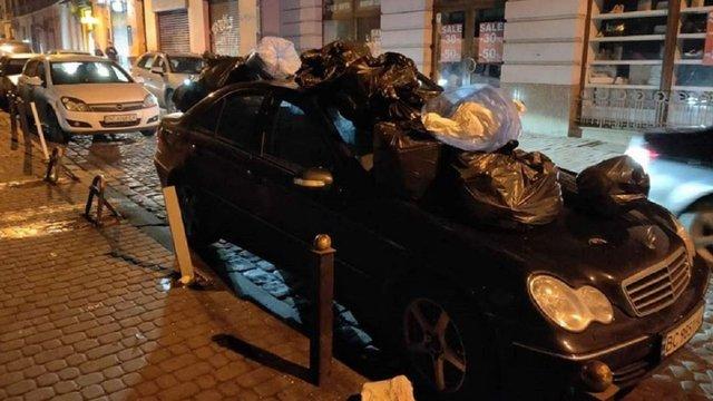 Невідомі закидали сміттям автомобіль Mercedes W203 у центрі Львова