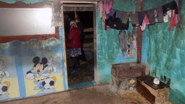 На Закарпатті через залишену батьками запалену свічку згоріла однорічна дитина