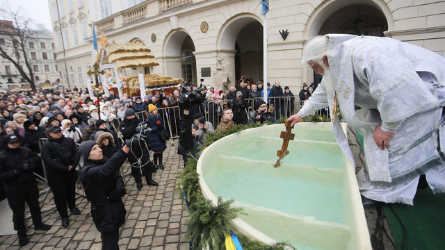 На площі Ринок у Львові традиційно освятили  воду з нагоди Водохреща