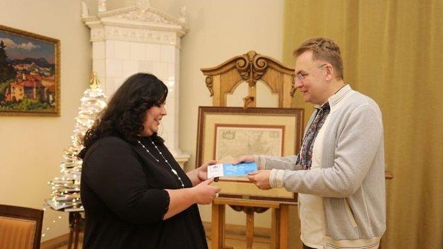 Мер Львова нагородив переможницю конкурсу на найкреативнішу ялинку