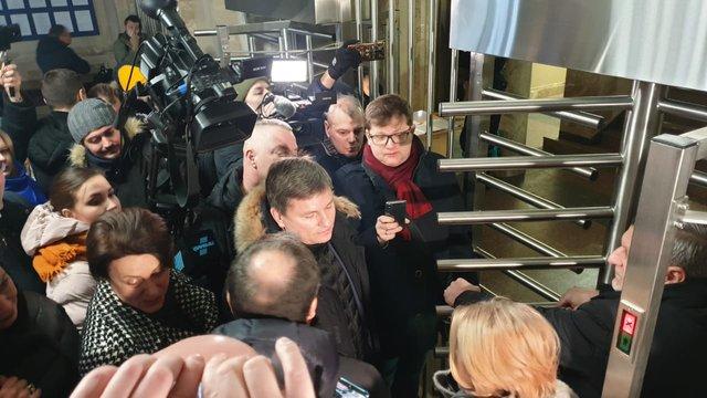 Охорона не пустила в ДБР нардепів, які прийшли разом із Порошенком на допит