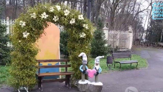 У центральному парку Львова невідомі розтрощили фотозону для закоханих