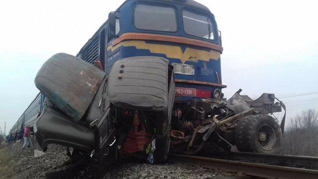 Двоє людей загинули унаслідок зіткнення пасажирського поїзда з вантажівкою на Закарпатті