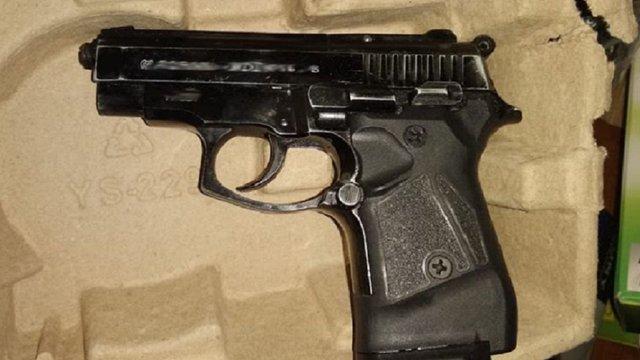 На Львівщині під час обшуку помешкання поліцейські знайшли пістолет, набої та штик-ножі