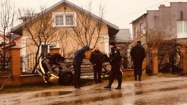 У Львові п'яний водій з'їхав з дороги, автомобіль перекинувся на дах