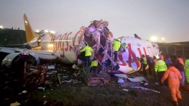 В аеропорту Стамбула літак викотився за межі злітно-посадкової смуги і розбився