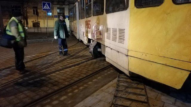 Трамвай зійшов з рейок і заблокував рух на вул. Стуса в напрямку Сихова