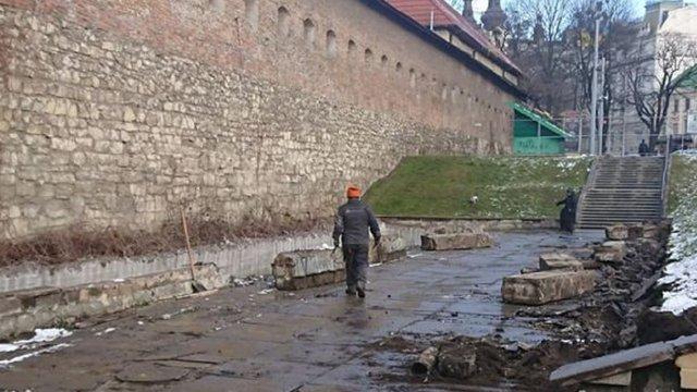 Із понеділка через ремонтні роботи перекриють прохід через Бернардинський дворик