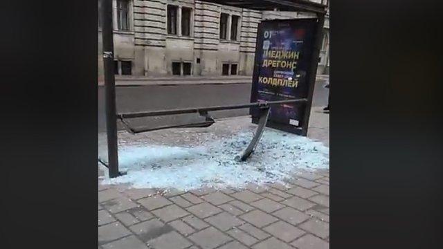 Невідомий на автомобілі розтрощив зупинку у центрі Львова і втік