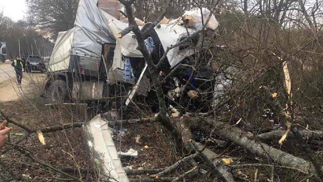 На трасі Львів-Краківець фуру розтрощило об дерева через луснуте колесо