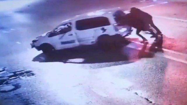 П'яний водій намагався втекти з місця ДТП, штовхаючи свій розбитий автомобіль