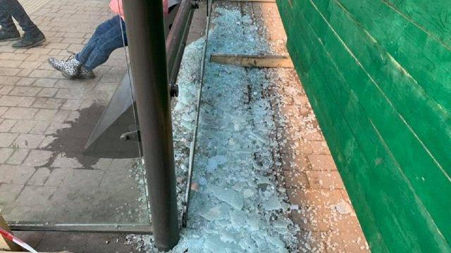 У центрі Львова розтрощили павільйон зупинки громадського транспорту