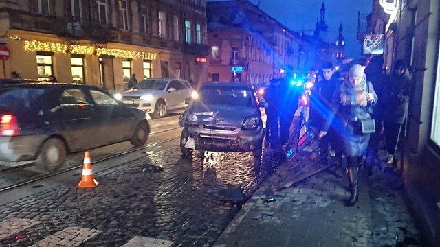 Нетверезий водій вдарив два автомобілі та влетів в огорожу тротуару на Личаківській