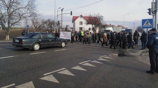 Протестувальники повністю заблокували міжнародну трасу біля Львова