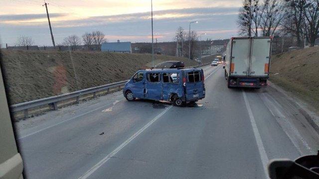 У лобовій ДТП біля Львова постраждали три людини