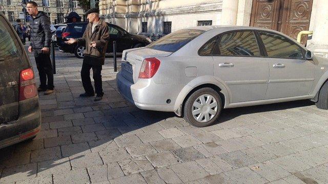 Суд скасував штраф ректору Львівського університету за парковку на тротуарі