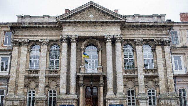 Медиків Львівської обласної клінічної лікарні попередили про звільнення і зниження зарплат