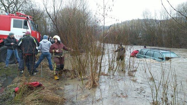 У Славському водій втопив своє авто, намагаючись переїхати Опір