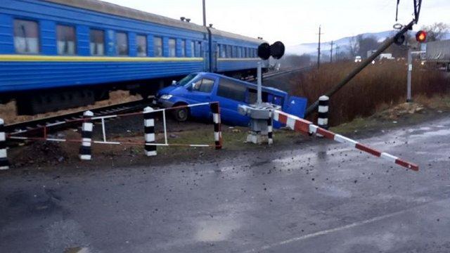На Закарпатті мікроавтобус із дев'ятьма пасажирами об'їхав шлагбаум і потрапив під поїзд