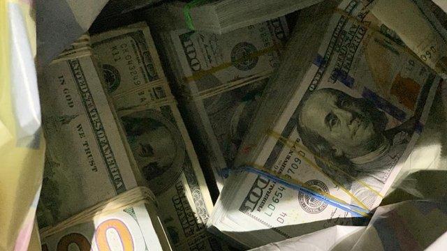 37-річний українець намагався перевезти через кордон 500 тис. євро і 240 тис. доларів