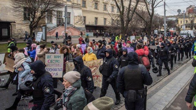 Феміністки у супроводі поліції провели марш у центрі Львова