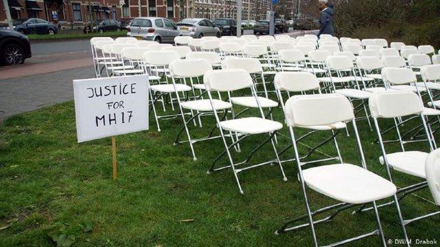 Родичі жертв рейсу МН17 встановили біля посольства РФ у Гаазі 298 білих стільців