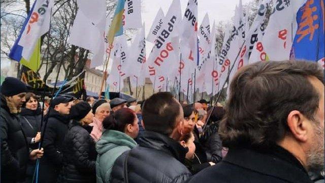 Підприємці та мешканці сіл заблокували вулицю біля Львівської ОДА