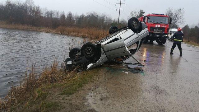 У Яворівському районі автомобіль злетів в озеро