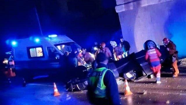 Вночі біля Львова злетів з дороги і перекинувся Mercedes, є жертви