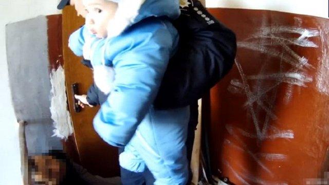 Львівські поліцейські знайшли немовля у під'їзді поруч з п'яним батьком
