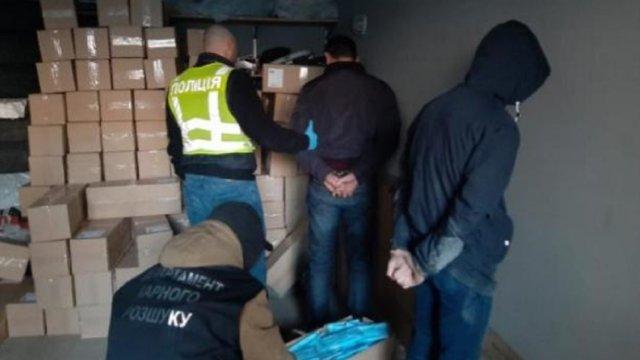 У Києві поліція затримала озброєних грабіжників, які викрали 100 тис. медичних масок