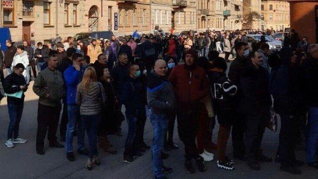 Біля  візового центру у Львові зафіксували масове скупчення людей